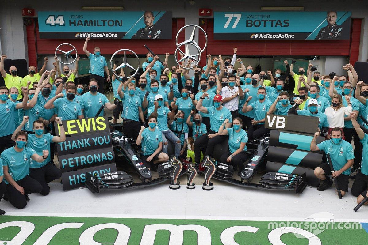 Il vincitore della gara Lewis Hamilton, Mercedes-AMG F1, secondo classificato Valtteri Bottas, Mercedes-AMG F1, Toto Wolff, Direttore Esecutivo (Business), Mercedes AMG festeggia con il team la vittoria del settimo titolo costruttori