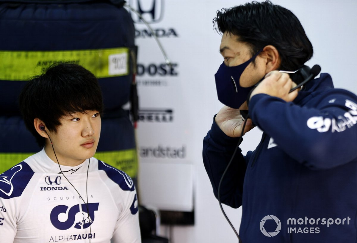 Yuki Tsunoda, Honda Formula Dream Project parle à un ingénieur dans le garage