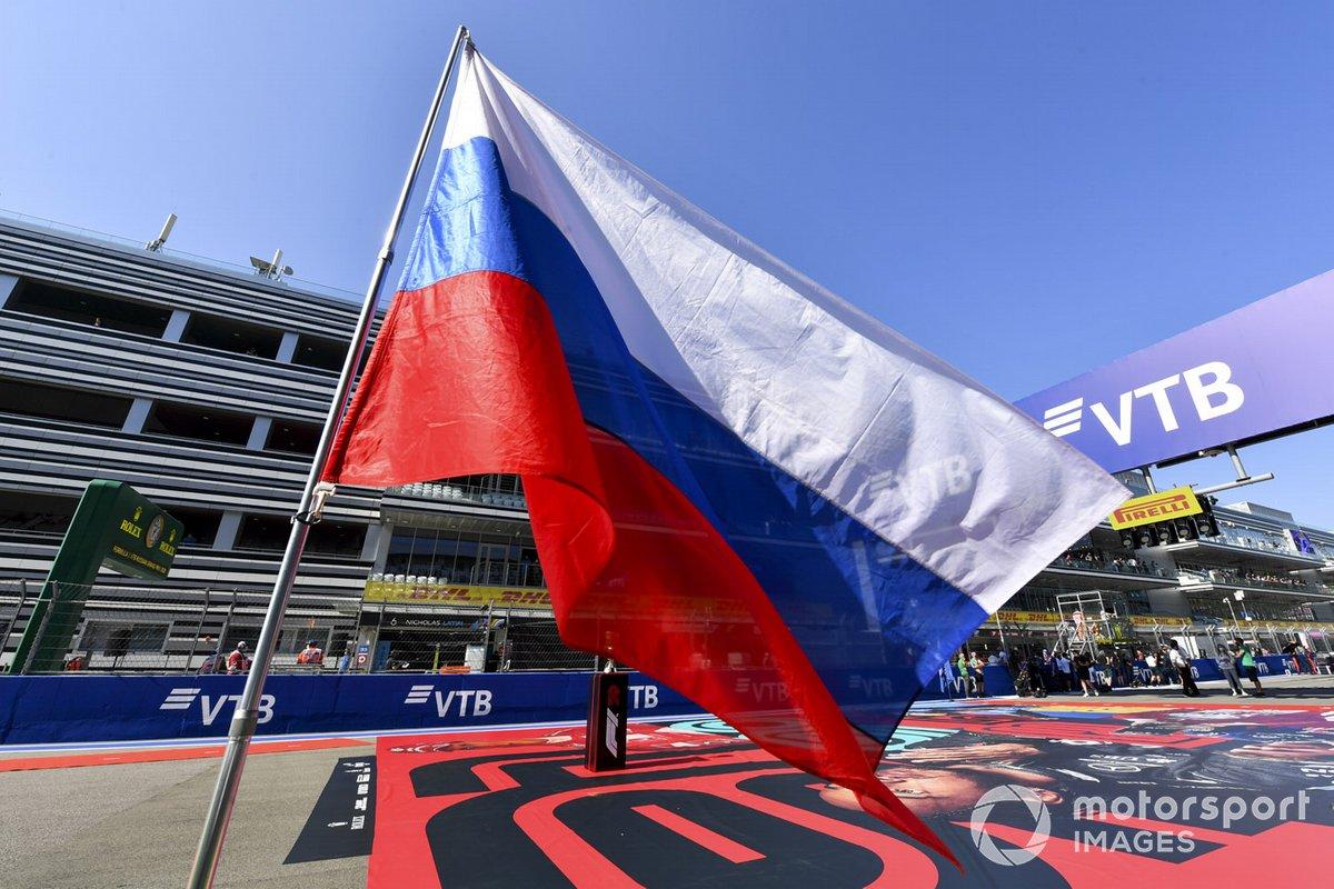La bandera rusa se ondea en la parrilla antes de la salida