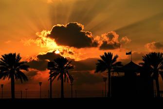 Le coucher de soleil avec des nuages