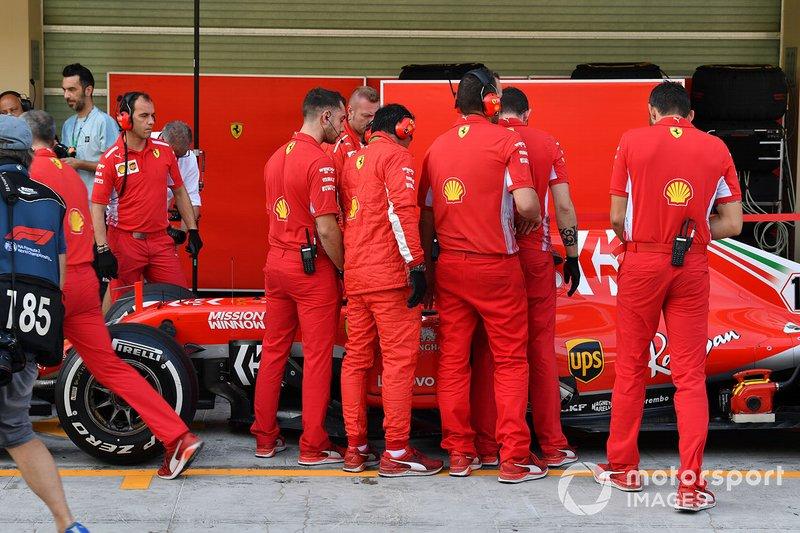 Charles Leclerc, Ferrari SF71H et les mécaniciens Ferrari