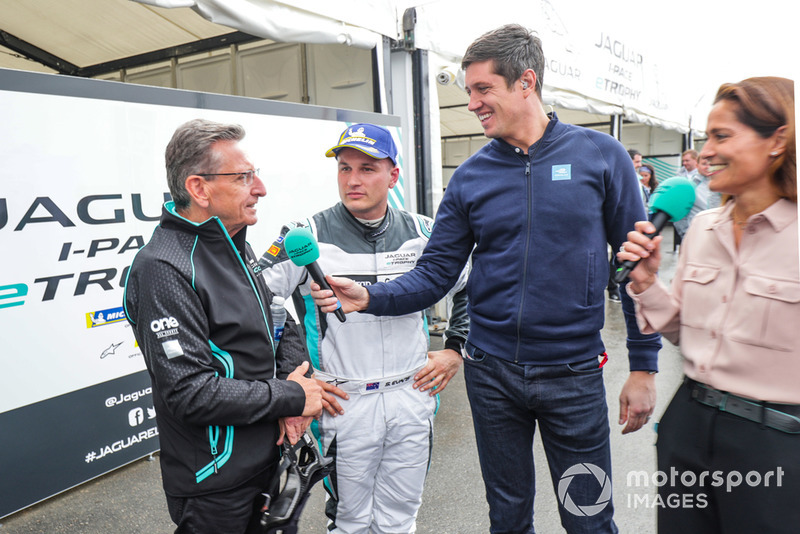 Vernon Kay, Amanda Stretton con el papá de Simon Evans, Team Asia New Zealand, Owen