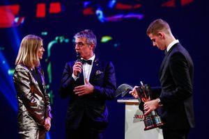 Le vainqueur du McLaren Autosport BRDC Award Tom Gamble sur scène avec Jason Plato