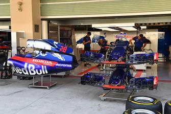 Scuderia Toro Rosso STR13 garage