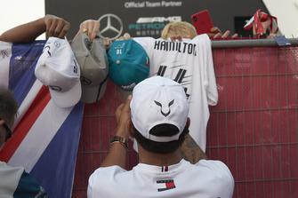 Lewis Hamilton, Mercedes AMG F1, signe des autographes