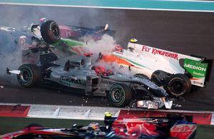 Авария: Михаэль Шумахер, Mercedes GP MGP W01, и Витантонио Льюцци, Force India VJM03