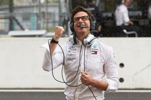 Toto Wolff, Mercedes AMG F1 Director de Motorsport, celebra la pole para Lewis Hamilton, Mercedes AMG F1