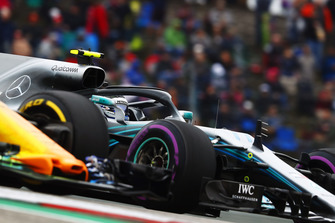 Valtteri Bottas, Mercedes AMG F1 W09 EQ Power+, battles with Fernando Alonso, McLaren MCL33