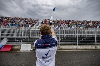 Sergey Sirotkin, Williams Racing, usa uno spara-magliette per lanciare delle T-shirt al pubblico