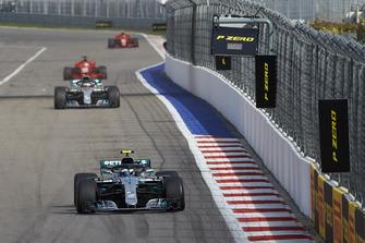 Valtteri Bottas, Mercedes AMG F1, precede Lewis Hamilton, Mercedes AMG F1 e Sebastian Vettel, Ferrari SF71H