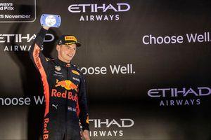 Max Verstappen, Red Bull Racing, met zijn trofee