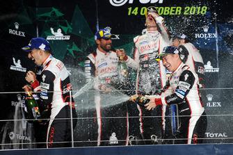 Podio LMP1: los ganadores Mike Conway, Kamui Kobayashi, Jose Maria Lopez, y el segundo Sebastien Buemi, Toyota Gazoo Racing