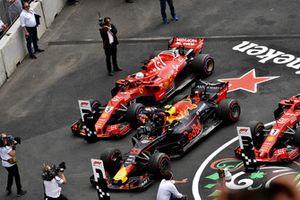 Sebastian Vettel, Ferrari SF71H y Max Verstappen, Red Bull Racing RB14 en Parc Ferme