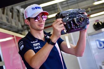 Esteban Ocon, Racing Point Force India F1 Team met zijn stuur