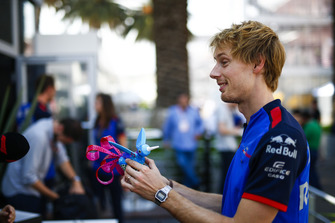 Brendon Hartley, Toro Rosso, avec une sculpture locale