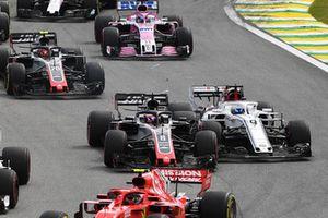 Marcus Ericsson, Sauber C37 y Romain Grosjean, Haas F1 Team VF-18 colisionan en el arranque.