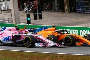 Fernando Alonso, McLaren MCL33, dépasse Esteban Ocon, Force India VJM11.