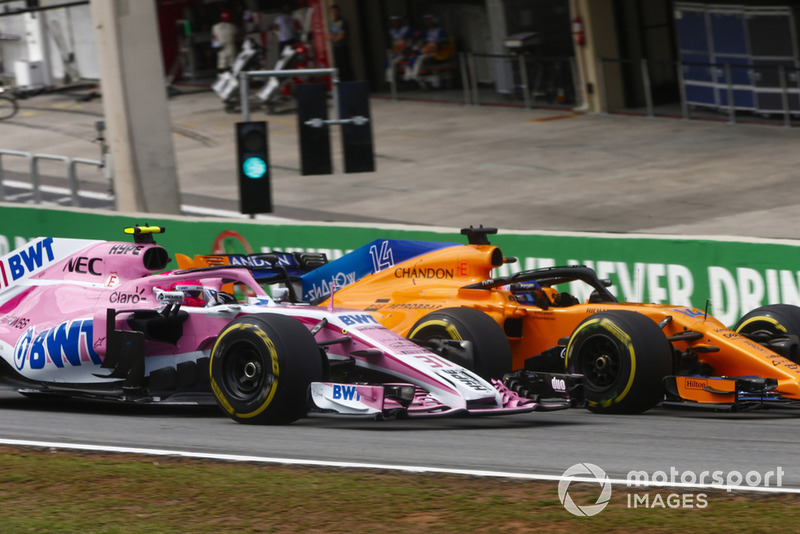 Fernando Alonso, McLaren MCL33, overtakes Esteban Ocon, Force India VJM11.