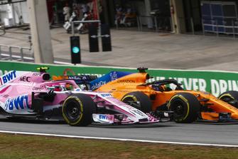 Fernando Alonso, McLaren MCL33, overtakes Esteban Ocon, Force India VJM11.