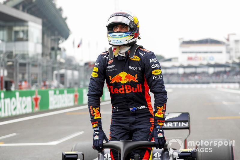 Pole man Daniel Ricciardo, Red Bull Racing, arriva in griglia di partenza, dopo le Qualifiche