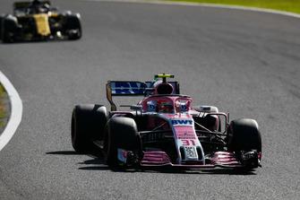 Esteban Ocon, Racing Point Force India VJM11, voor Carlos Sainz Jr., Renault Sport F1 Team R.S. 18