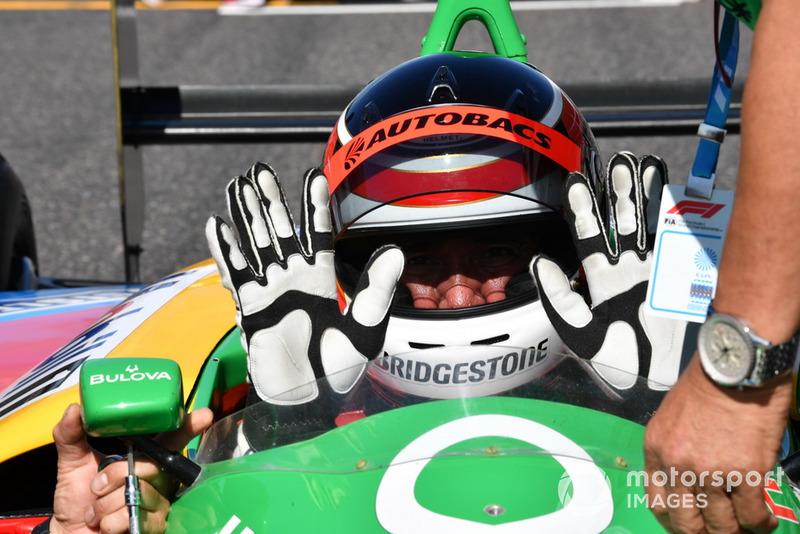 Aguri Suzuki, Benetton B188, bersiap dalam acara demonstrasi lap Perayaan Legenda F1 ke-30