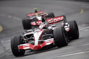 Fernando Alonso, McLaren MP4-22, leidt teammaat Lewis Hamilton, McLaren MP4-22