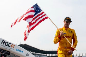 Ryan Hunter-Reay hold the USA flag