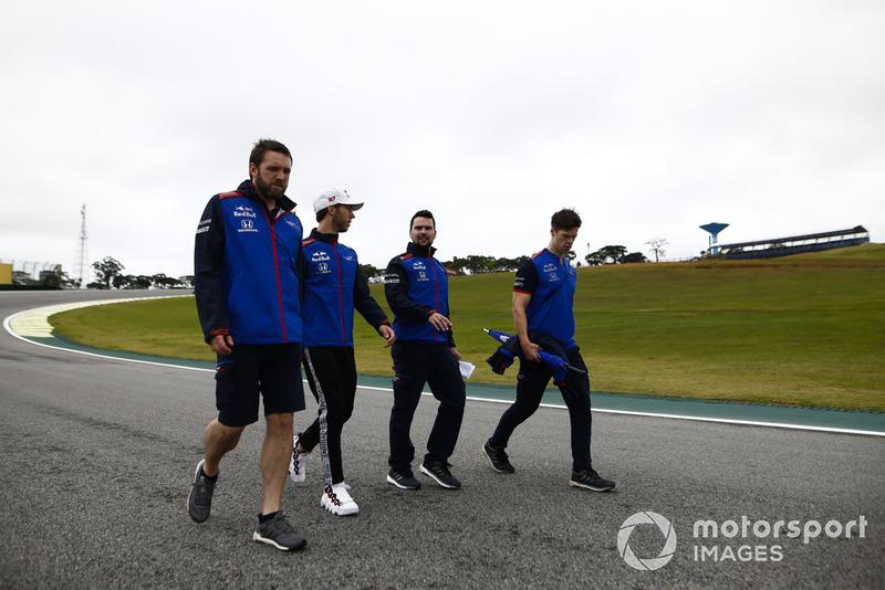 Pierre Gasly, Toro Rosso, parcourt la piste à pied