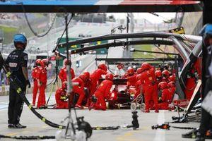 Charles Leclerc, Ferrari SF21, dans la voie des stands