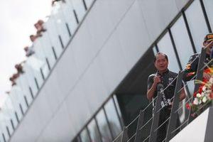 Toyoharu Tanabe, directeur technique F1 de Honda, sur le podium