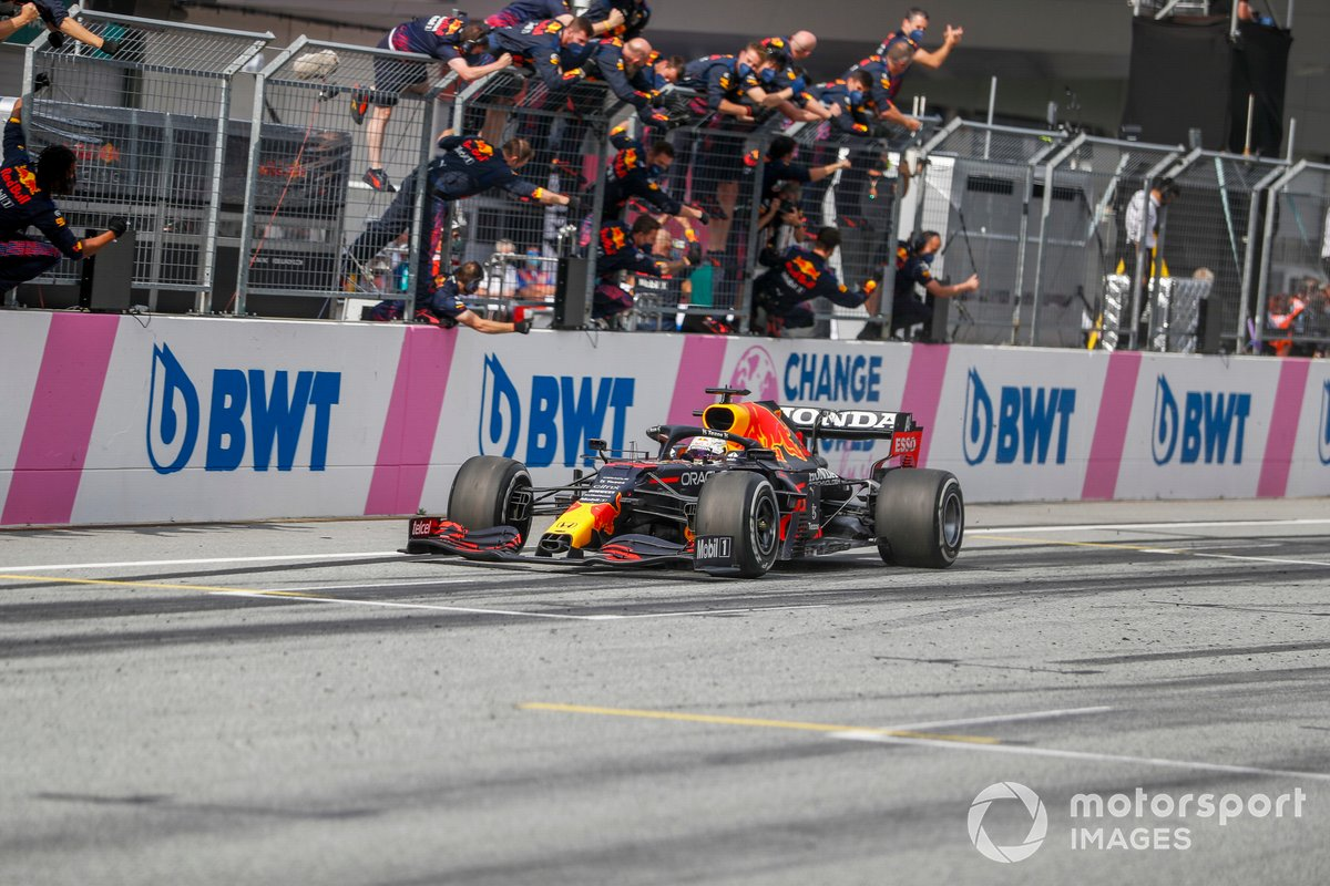 Ganador Max Verstappen, Red Bull Racing RB16B, cruza la meta frente a su equipo