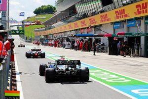 Lewis Hamilton en Valtteri Bottas, Mercedes in de pits