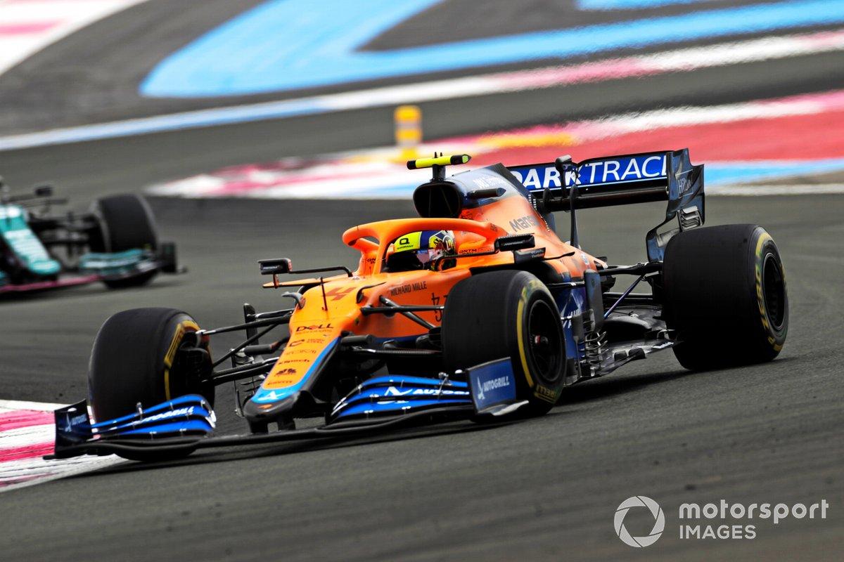 Lando Norris, McLaren MCL35M, precede Sebastian Vettel, Aston Martin AMR21