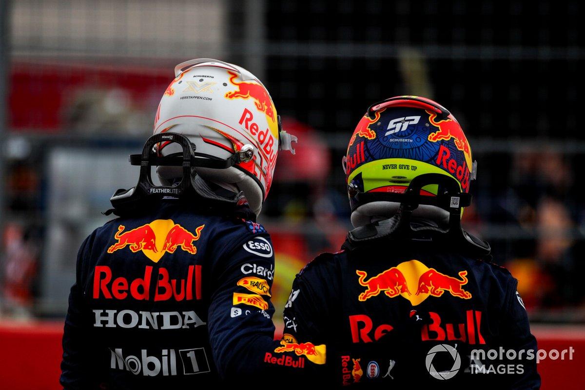 Ganador Max Verstappen, Red Bull Racing y el segundo lugar Sergio Pérez, Red Bull Racing celebran en Parc Ferme