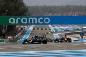 Lewis Hamilton, Mercedes W12, Max Verstappen, Red Bull Racing RB16B et Valtteri Bottas, Mercedes W12