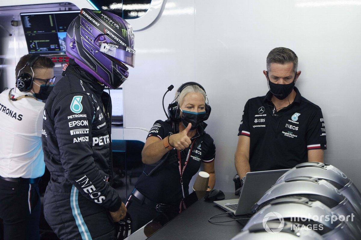 Lewis Hamilton, Mercedes, con Angela Cullen, fisioterapeuta