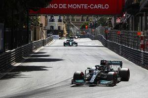 Lewis Hamilton, Mercedes W12, Sebastian Vettel, Aston Martin AMR21