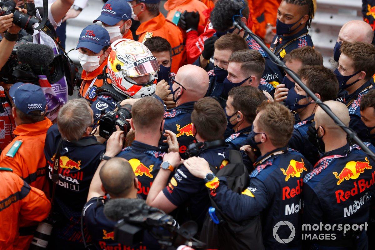 Ganador Max Verstappen, Red Bull Racing, celebra con el equipo Parc Ferme