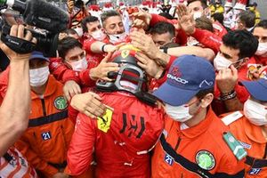 Carlos Sainz Jr., Ferrari, 2nd position, and the Ferrari team celebrate in Parc Ferme