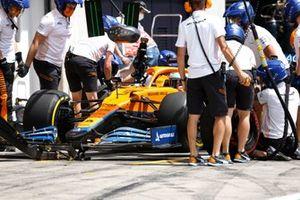 Daniel Ricciardo, McLaren MCL35M, in the pits