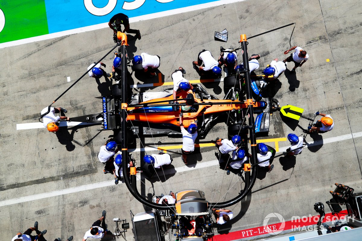 Daniel Ricciardo, McLaren MCL35M , en pits