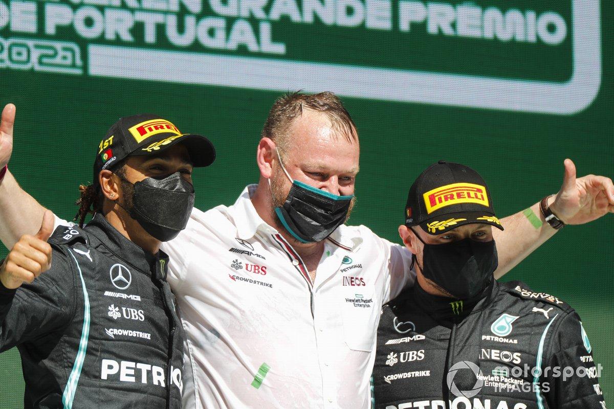 Lewis Hamilton, Mercedes, primo classificato, e Valtteri Bottas, Mercedes, terzo classificato, sul podio con il delegato per il trofeo Mercedes