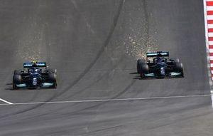 Lewis Hamilton, Mercedes W12, strijdt met Valtteri Bottas, Mercedes W12