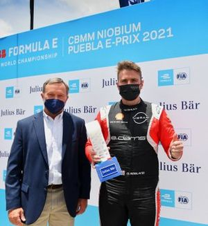 Oliver Rowland, Nissan e.Dams, reçoit la récompense Julius Baer pour la pole position