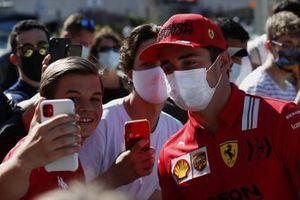 Charles Leclerc, Ferrari, fa le foto con i fan