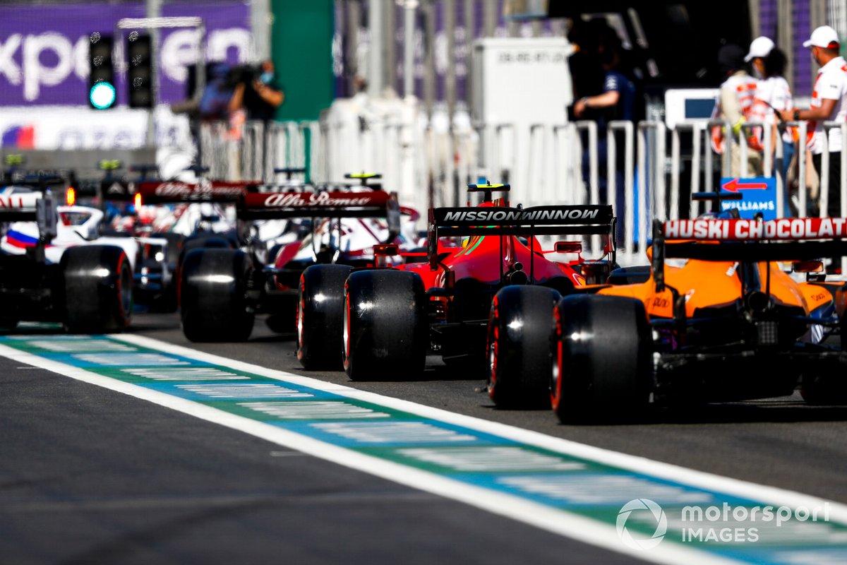 Carlos Sainz Jr., Ferrari SF21, Daniel Ricciardo, McLaren MCL35M, en fila para salir de pits