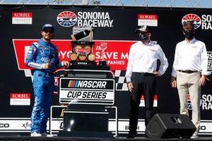 Ganador Kyle Larson, Hendrick Motorsports, Chevrolet Camaro HendrickCars.com celebra