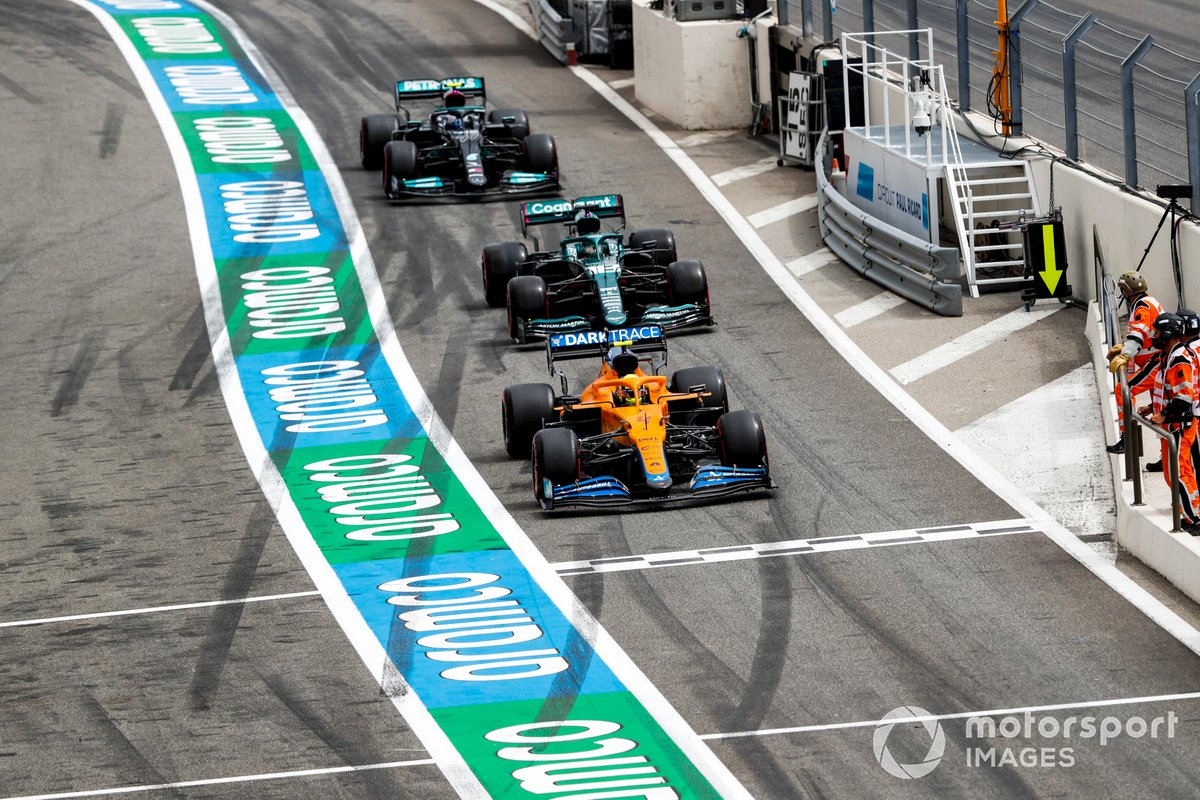 Lando Norris, McLaren MCL35M, Lance Stroll, Aston Martin AMR21, Valtteri Bottas, Mercedes W12, en pitlane