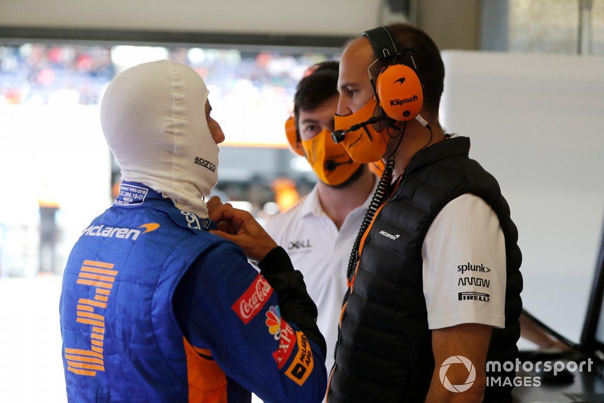 Daniel Ricciardo, McLaren con los ingenieros